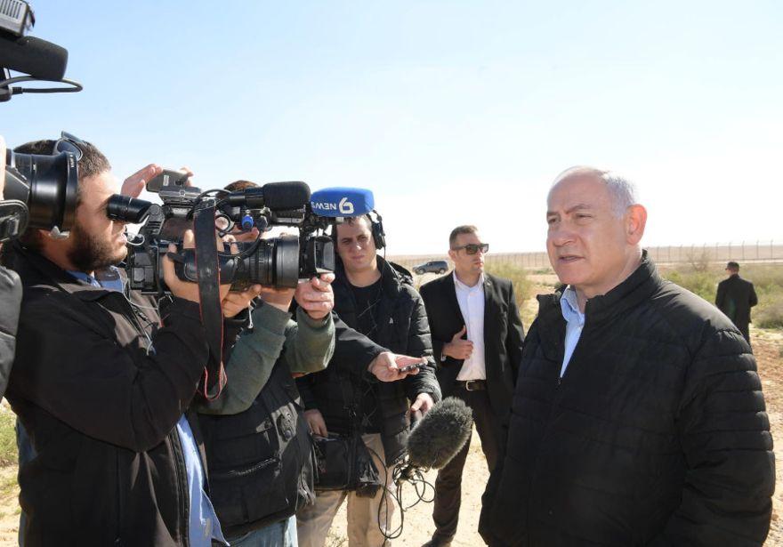 Primer ministro Benjamin Netanyahu en la frontera del Sinaí, 7 de marzo de 2019. (Crédito de la foto: AMOS BEN-GERSHOM / GPO)