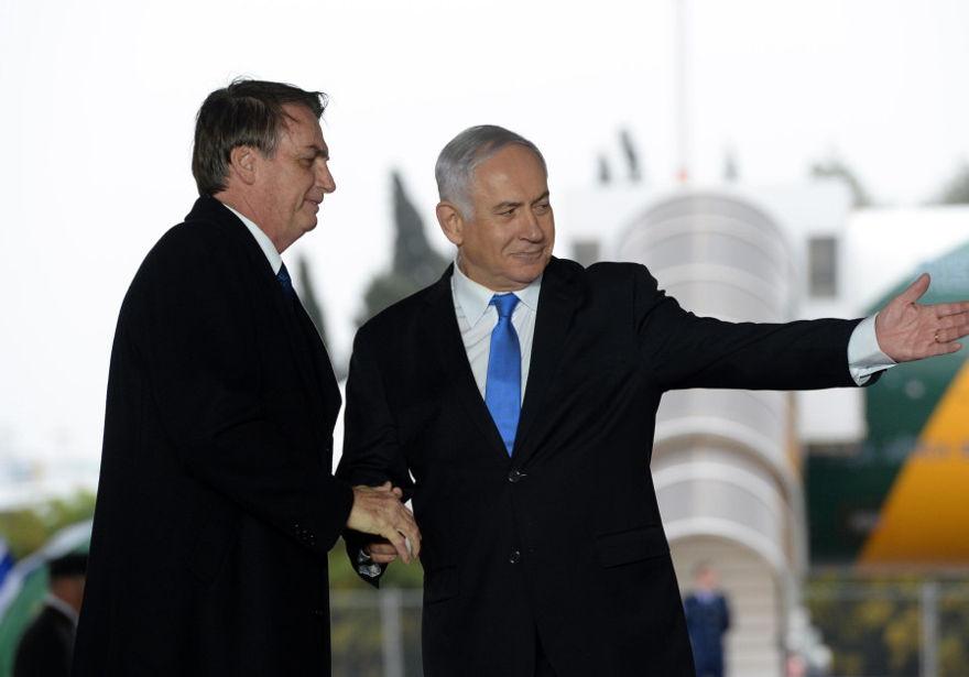 El primer ministro Benjamin Netanyahu recibió al presidente brasileño Jair Bolsonaro en el aeropuerto Ben Gurion el 31 de marzo de 2019. (Crédito de la foto: HAIM ZACH / GPO)
