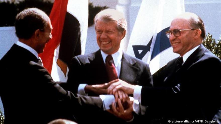 El presidente egipcio Anwar Sadat, el presidente estadounidense Jimmy Carter, centro, y el primer ministro israelí, Menachem Begin, se dan la mano en el jardín norte de la Casa Blanca cuando firman el tratado de paz entre Egipto e Israel, el 26 de marzo de 1979. (AP / Bob Daugherty)