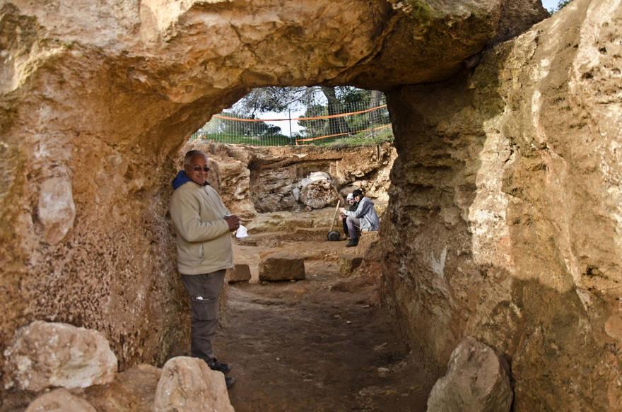 El arqueólogo Ya'akov Billig se encuentra en el sitio de entierro de la era Hasmonea que se está excavando en el vecindario de Jerusalem de Sharafat. (Yoli Schwartz / Autoridad de Antigüedades de Israel)