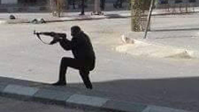 Un agente de Hamas dispara contra los manifestantes.