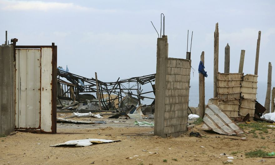 Un sitio militar de Hamas se ve vacío después de ser golpeado por ataques aéreos israelíes en la ciudad de Gaza, el viernes temprano, viernes 15 de marzo de 2019. (Foto de AP / Adel Hana)