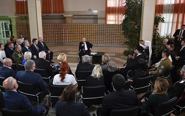 El presidente ruso Vladimir Putin, centro, habla durante una reunión con residentes locales en Simferopol, Crimea, 18 de marzo de 2019. (Yuri Kadobnov / Foto de piscina a través de AP)