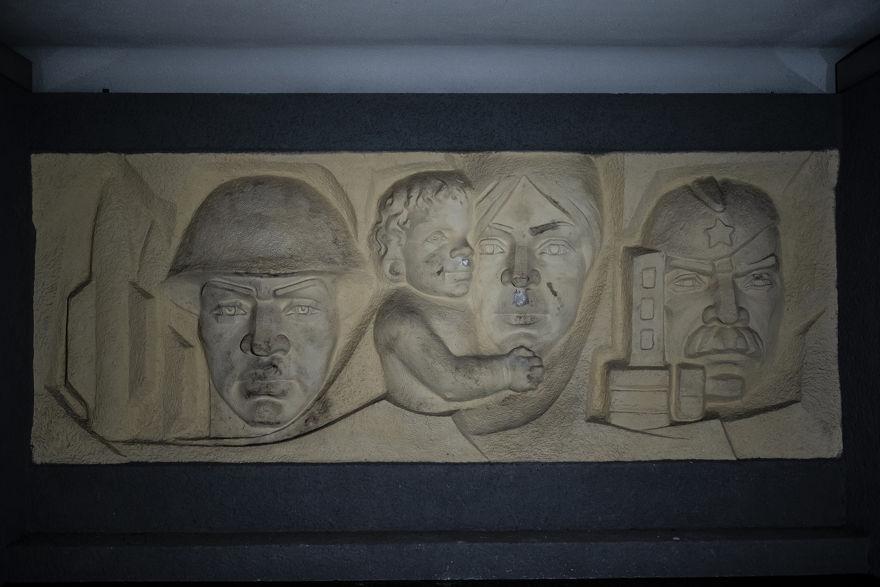 """Martes 22 de febrero de 2019, la foto muestra un relieve en la pared con Lenin, a la derecha, luces dentro del abandonado """"Haus der Offiziere"""", la sede del alto mando militar de los soviéticos en la antigua Alemania Oriental, en el barrio de Wuensdorf en Zossen, unos 40 kilómetros (25 millas) al sur de Berlín. (Foto AP / Markus Schreiber)"""