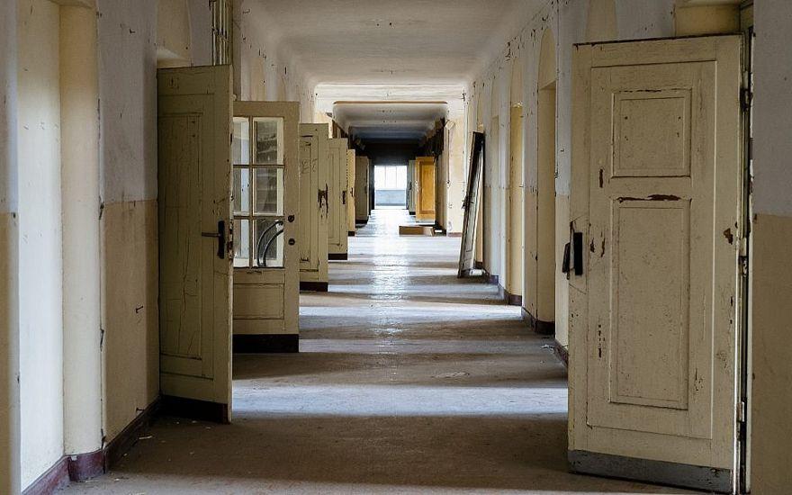 """En esta foto del martes 22 de febrero de 2019, las puertas se abren en un pasillo del abandonado """"Haus der Offiziere"""", la sede del alto mando militar de los soviéticos en la antigua Alemania Oriental en el barrio de Zensen en Wuensdorf, a unos 40 kilómetros (25 millas) al sur de berlín. (AP / Markus Schreiber)"""