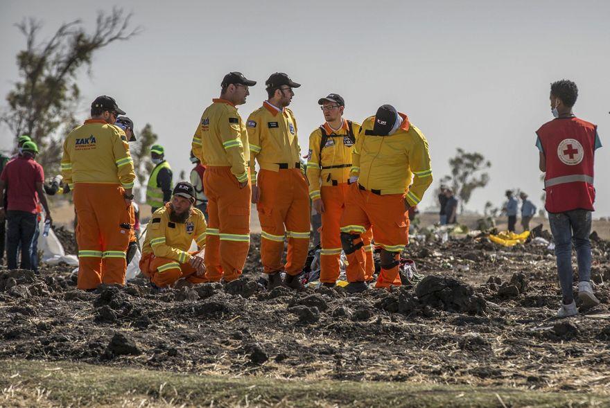 Los miembros del equipo israelí de rescate y recuperación Zaka Israel examinaron los restos en la escena en la que el Boeing 737 Max 8 de Ethiopian Airlines se estrelló poco después del despegue matando a los 157 a bordo, al sur de Addis Abeba, en Etiopía el 12 de marzo de 2019. (Foto AP / Mulugeta Ayene)