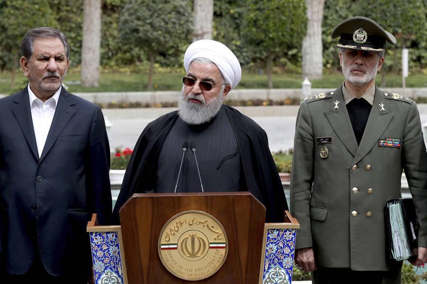 El presidente Hassan Rouhani, centro, habla durante una reunión informativa después de una reunión de gabinete, mientras el vicepresidente principal Eshaq Jahangiri, a la izquierda, y el ministro de Defensa, general Amir Hatami, escuchan en Teherán, Irán, el 18 de marzo de 2019. (Oficina de la Presidencia iraní a través de AP )