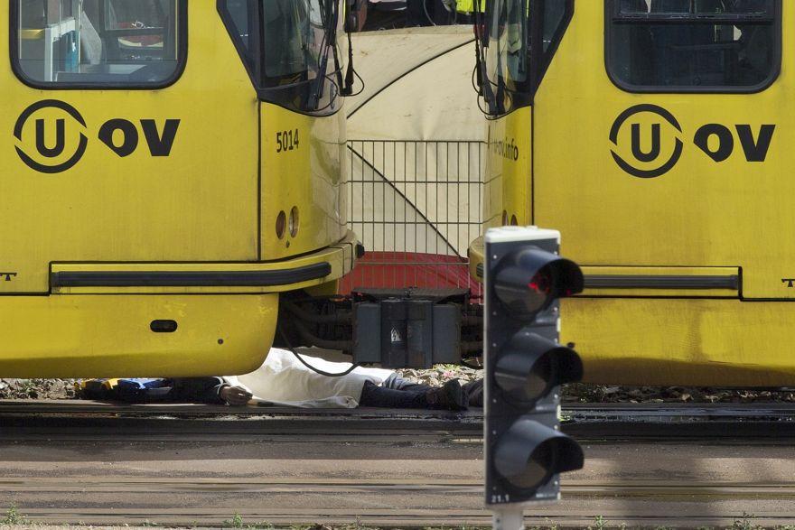 Un cuerpo cubierto con una manta junto a un tranvía después de un tiroteo en Utrecht, Países Bajos, el lunes 18 de marzo de 2019. (Foto de AP / Peter Dejong)