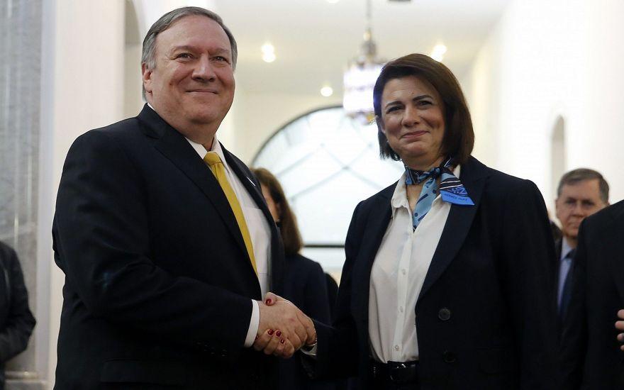 La ministra del Interior del Líbano, Raya El Hassan, a la derecha, le da la mano al secretario de Estado de EE. UU., Mike Pompeo, en el Ministerio del Interior en Beirut, Líbano, 22 de marzo de 2019. (Foto AP / Bilal Hussein)