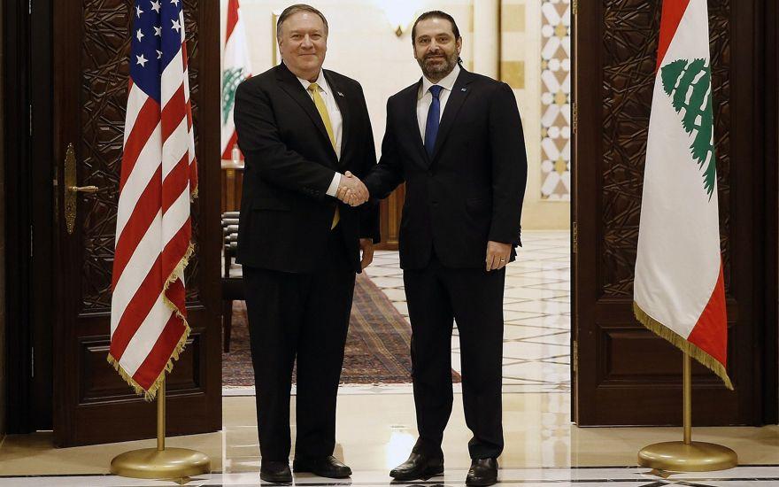 El primer ministro libanés, Saad Hariri, le da la mano al secretario de Estado de EE. UU., Mike Pompeo, a la izquierda, en Beirut, Líbano, el 22 de marzo de 2019. (Foto de AP / Bilal Hussein)