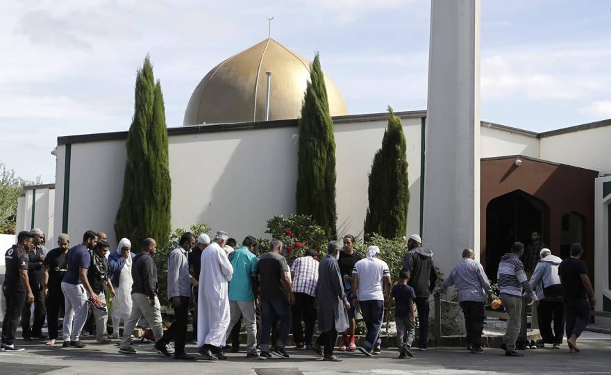 Los fieles se preparan para entrar en la mezquita de Al Noor después del tiroteo masivo de la semana pasada en Christchurch, Nueva Zelanda, el 23 de marzo de 2019. (AP Photo / Mark Baker)