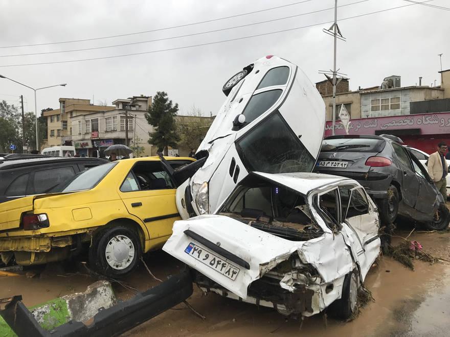 Los vehículos se amontonan en la calle después de una inundación repentina en la ciudad de Shiraz, Irán, el 25 de marzo de 2019. (Foto AP / Amin Berenjkar / Mehr Agencia de Noticias)