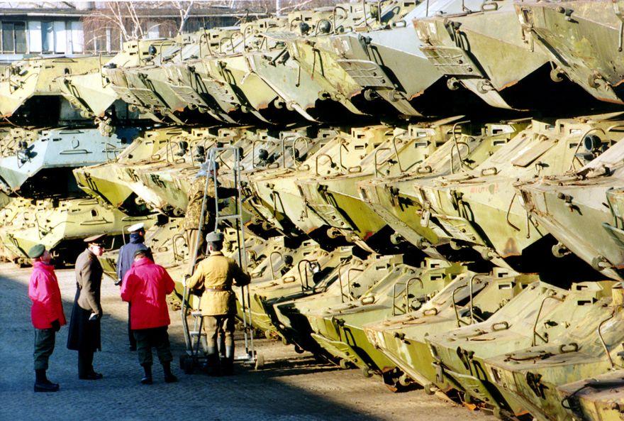 Soldados rusos y canadienses revisan los números de serie de transportadores personales blindados apilados en la sede del Grupo Occidental del Ejército Ruso en Wuensdorf, el martes 15 de febrero de 1994. (AP / Jockel Finck)