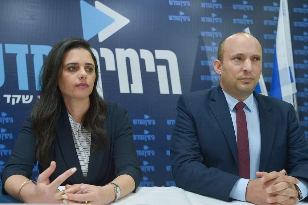 El ministro de Educación, Naftali Bennett, a la derecha, y la ministra de Justicia, Ayelet Shaked, celebran una conferencia de prensa del Partido Político Nueva Derecha, en Tel Aviv, el 17 de marzo de 2019. (Flash 90)