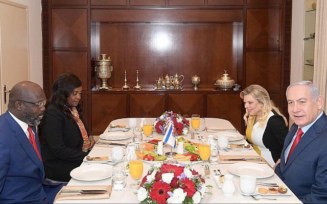 El primer ministro Benjamin Netanyahu y su esposa Sara reciben al presidente liberiano George Manneh Weah y a su esposa Clar para el desayuno en la residencia del primer ministro en Jerusalén el 1 de marzo de 2019. (Amos Ben-Gershom / GPO)