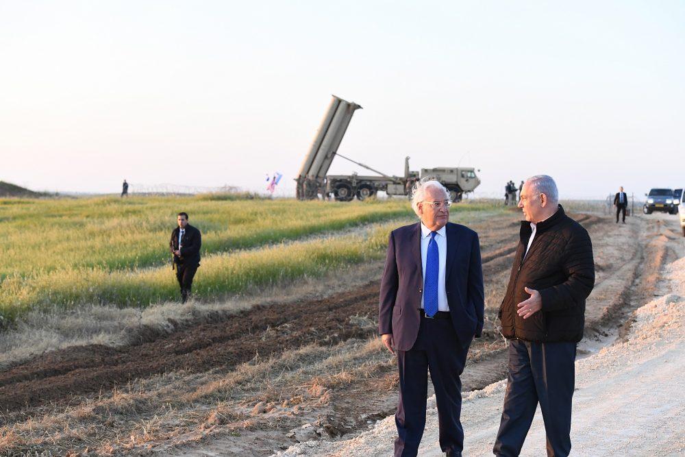 El primer ministro Benjamin Netanyahu, a la derecha, con el embajador estadounidense David Friedman mientras visitan un despliegue del sistema de defensa antimisiles THAAD de EE. UU., 6 de marzo de 2019. (Matty Stern / Embajada de EE. UU. En Jerusalem)