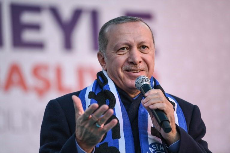 El presidente turco, Recep Tayyip Erdogan, canta su canción electoral antes de pronunciar un discurso en un mitin electoral en el distrito de Kasimpasa de Estambul, el 5 de marzo de 2019 (Ozan KOSE / AFP)