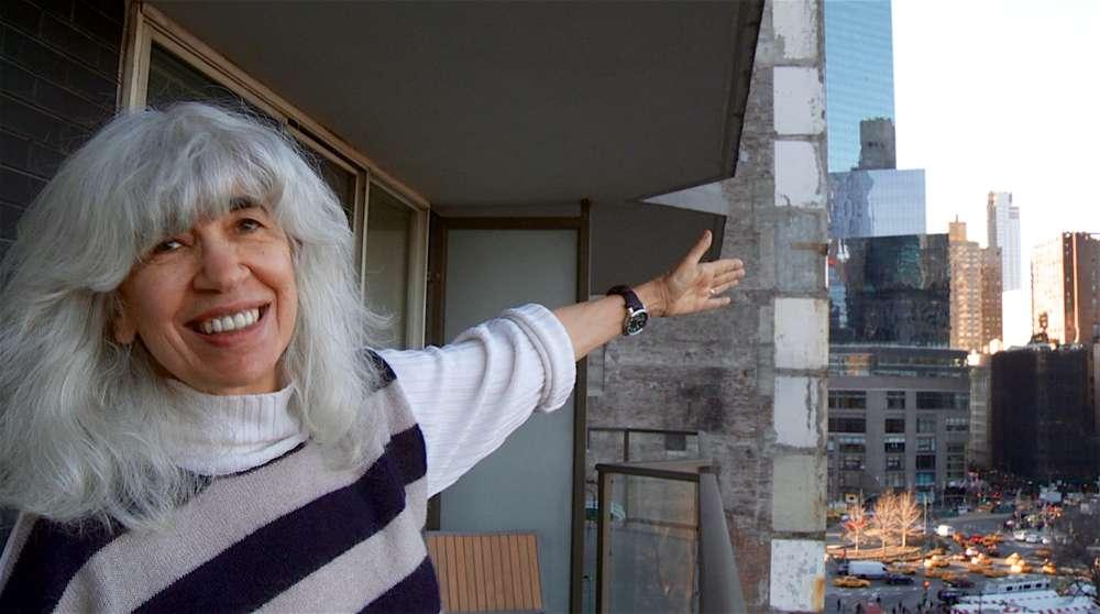 La guionista de 'Dirty Dancing' Eleanor Bergstein señala el camino a Catskills desde su balcón de la ciudad de Nueva York en 'The Mamboniks'.(Cortesía de Lex Gillespie)
