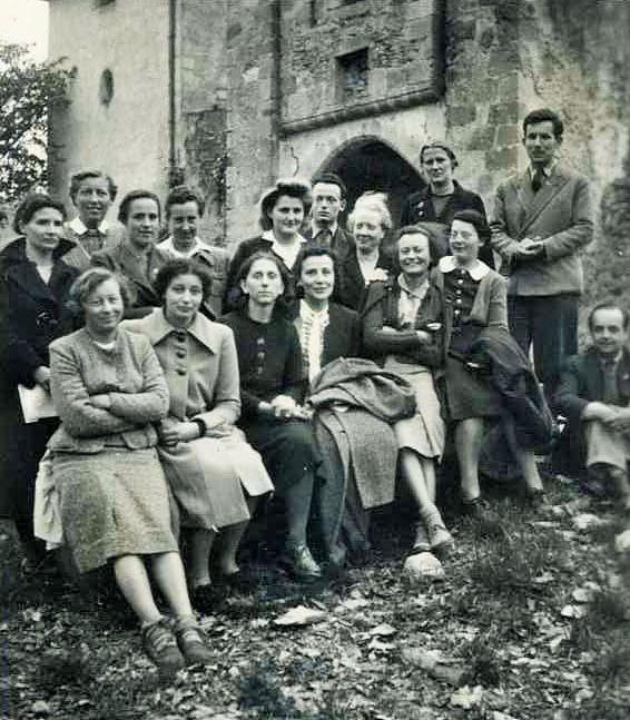 Elisabeth Eidenbenz (segunda fila: segunda desde la izquierda) reuniéndose con el personal de la Cruz Roja Suiza, Château de la Hille, 1941 (Archivo de la Cruz Roja Suiza / Archivo SRK, a través de wikipedia)