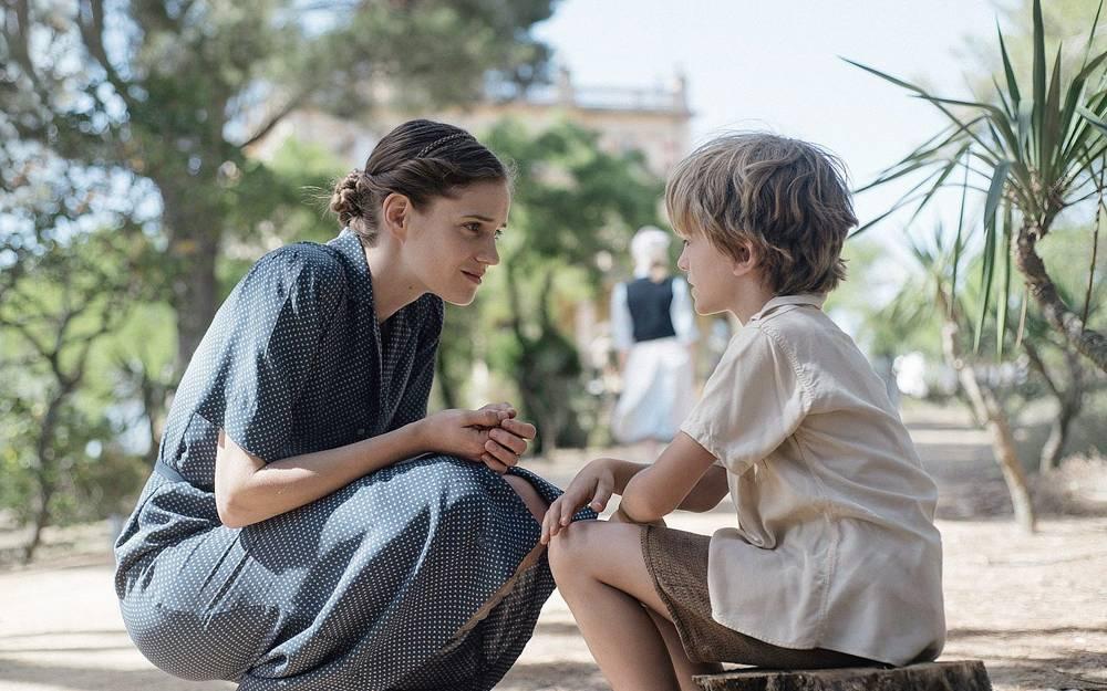 """En esta foto de la nueva película dramática histórica """"La luz de la esperanza"""", la enfermera suiza Elisabeth Eidenbenz habla con Pat, uno de los niños de su hospital de maternidad que dirigió para refugiados de 1939 a 1944 en Elne, Francia.(Cortesía)"""