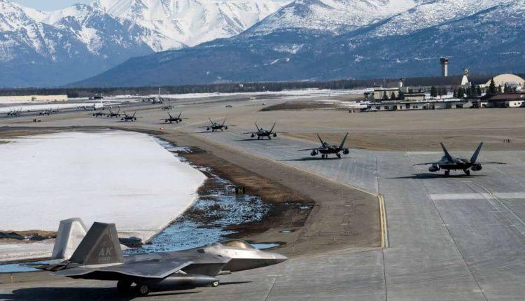 """Docenas de cazas F-22 Raptor demuestran capacidades de combate durante """"Caminata de Elefante"""""""