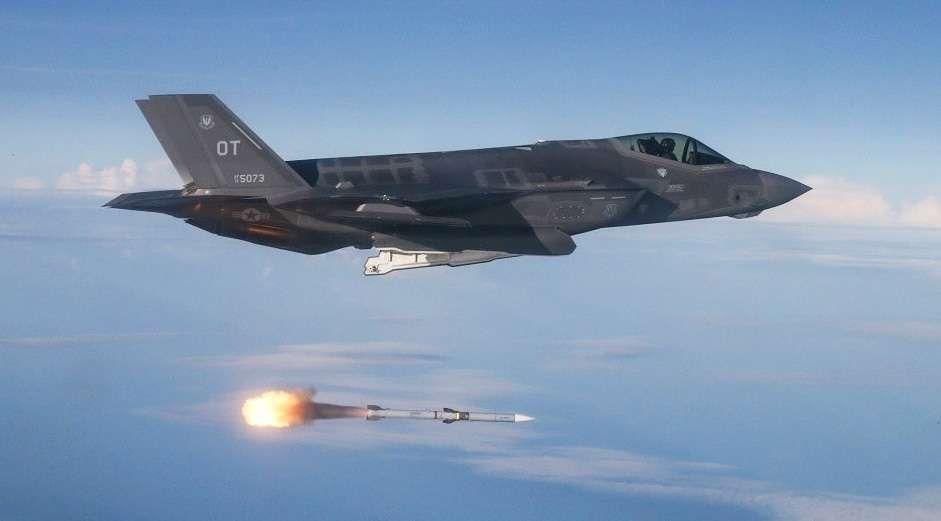 F-35 dispara un AIM-120 AMRAAM en las pruebas / USAF