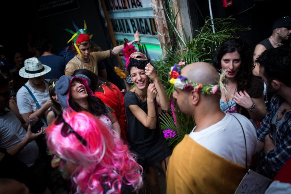 Fiesta en Purim 2016 en un bar de Tel Aviv (Miriam Alster / Flash 90)