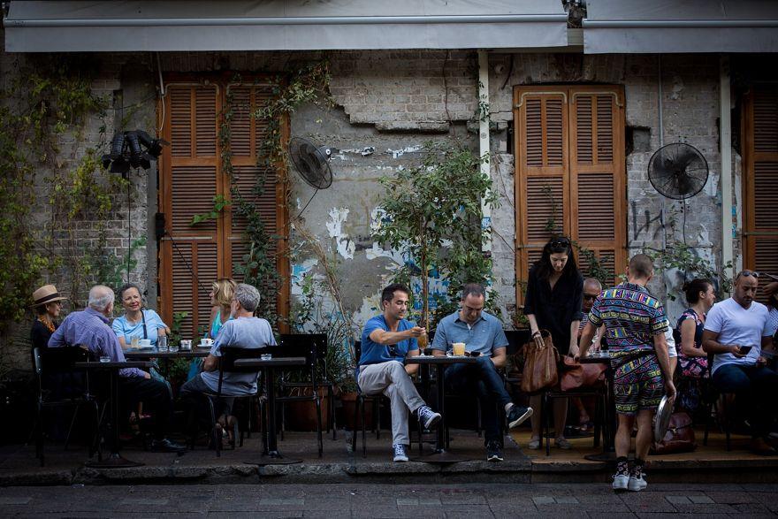 Los comensales se sientan en el restaurante Rothschild 12 en el bulevar Rothschild en Tel Aviv, el 22 de junio de 2017 (Miriam Alster / FLASH90)