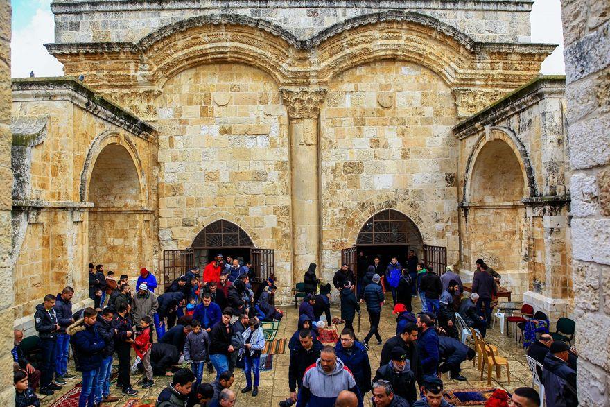 Los musulmanes participan en las oraciones del viernes fuera de la Puerta de la Misericordia, en la entrada al complejo del Monte del Templo en la Ciudad Vieja de Jerusalem, el 1 de marzo de 2019. (Sliman Khader / Flash90)