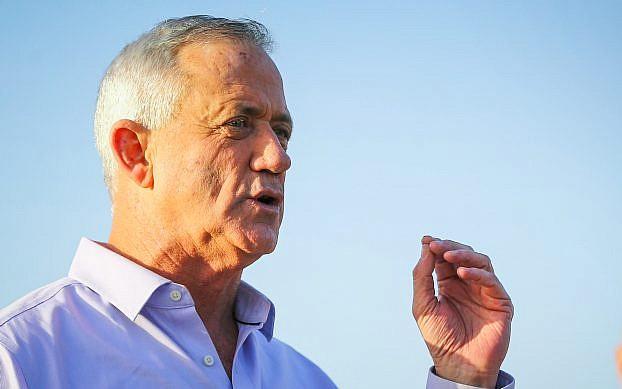 El líder del partido azul y blanco, Benny Gantz, celebra una conferencia de prensa en el kibutz Nahal Oz, en el sur de Israel, el 15 de marzo de 2019. (Flash90)