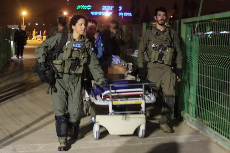 Soldados israelíes evacuan a un guardia herido del Servicio de Prisiones de Israel al Hospital Soroka en Beersheba desde la prisión de Ketziot, el 24 de marzo de 2019. (Meir Even Haim / Flash90)