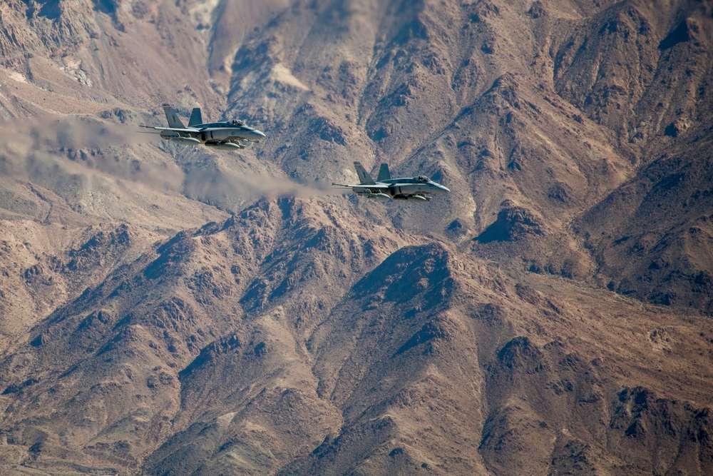 Dos F/A-18 chocan en el aire sobre Twentynine Palms, California