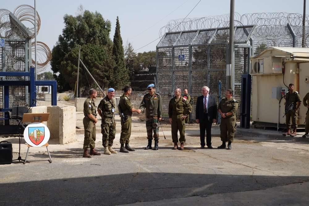 Soldados de las FDI y la FNUOS en el cruce de Quneitra entre Israel y Siria en los Altos del Golán, el 15 de octubre de 2018. (Judah Ari Gross / Times of Israel)