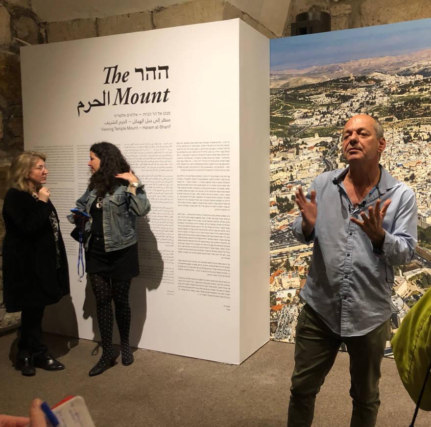 """Shimon Lev, curador frente a """"El monte: Un viaje fotográfico al Monte del Templo"""". Crédito: Judy Lash Balint."""