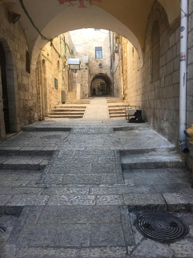 Una vista de rampas accesibles para sillas de ruedas en el barrio cristiano de la ciudad vieja de Jerusalén. Crédito: Shlomo Deutsch.