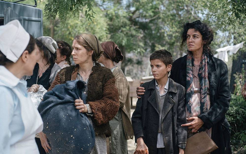 """La refugiada judía Maya Cohen, a la derecha, y su hijo David se muestran en esta foto de la nueva película dramática histórica de la Segunda Guerra Mundial, """"La luz de la esperanza"""".(Cortesía)"""