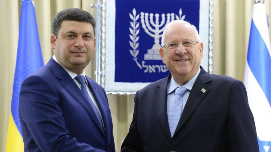 El presidente Reuven Rivlin, a la derecha, se reúne con el primer ministro ucraniano, Volodymyr Groysman, a la izquierda, en Jerusalem, el 15 de mayo de 2017. (Mark Neiman / GPO)