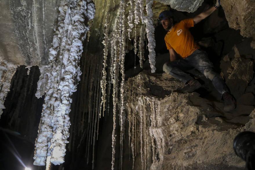 Efi Cohen, parte del Centro de Investigación de Cuevas de la Universidad Hebrea, sobre una roca en una habitación en la Cueva de Malcham llamada 'The Wedding Hall' debido a las impresionantes estalactitas, el 27 de marzo de 2019, cerca del Mar Muerto. (Johanna Chisholm / Tiempos de Israel)