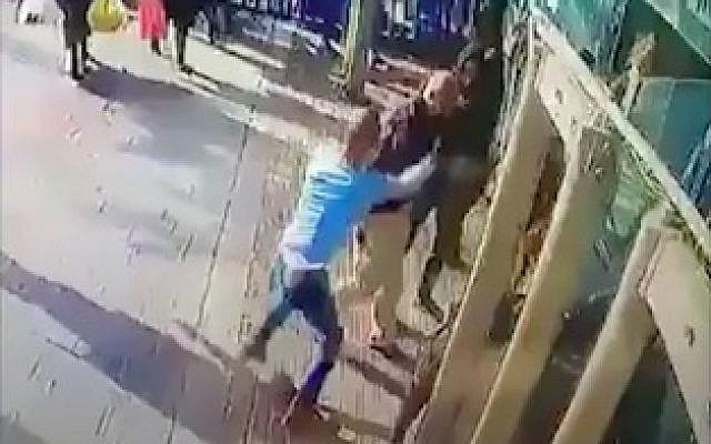 Captura de pantalla del video de la cámara de seguridad de Yasin Abu al-Qar'a (camisa azul) que apuñaló a Asher Elmaliach en la entrada a la estación central de autobuses de Jerusalén el 10 de diciembre de 2017.