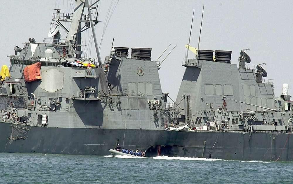 En esta foto de archivo del 15 de octubre de 2000, los expertos en una lancha rápida examinaron el casco dañado del USS Cole en el puerto yemení de Aden después de un ataque de Al Qaeda que mató a 17 marineros.(Foto AP / Dimitri Messinis, Archivo)