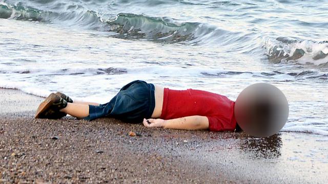 El mundo se sorprendió con las imágenes de Alan Kurdi, de 3 años de edad, varado en una playa en el sur de Turquía (Foto: EPA)