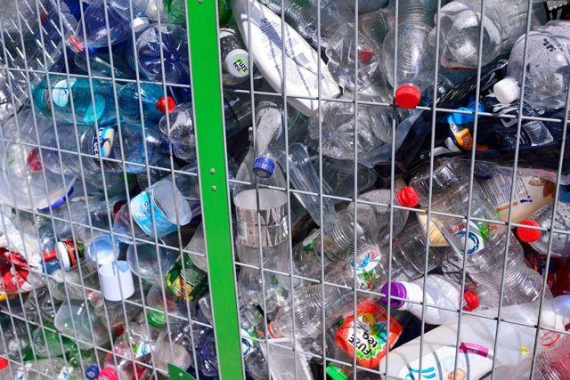 ontenedores para la eliminación de botellas de plástico en tel aviv. Depositar fotos