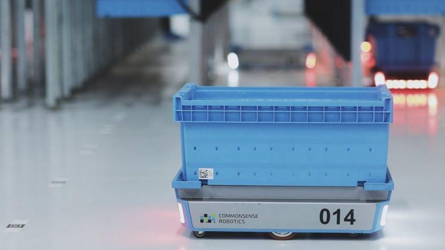 Una captura de pantalla de un robot en el nuevo Centro de micro-cumplimiento de CommonSense Robotics en acción.