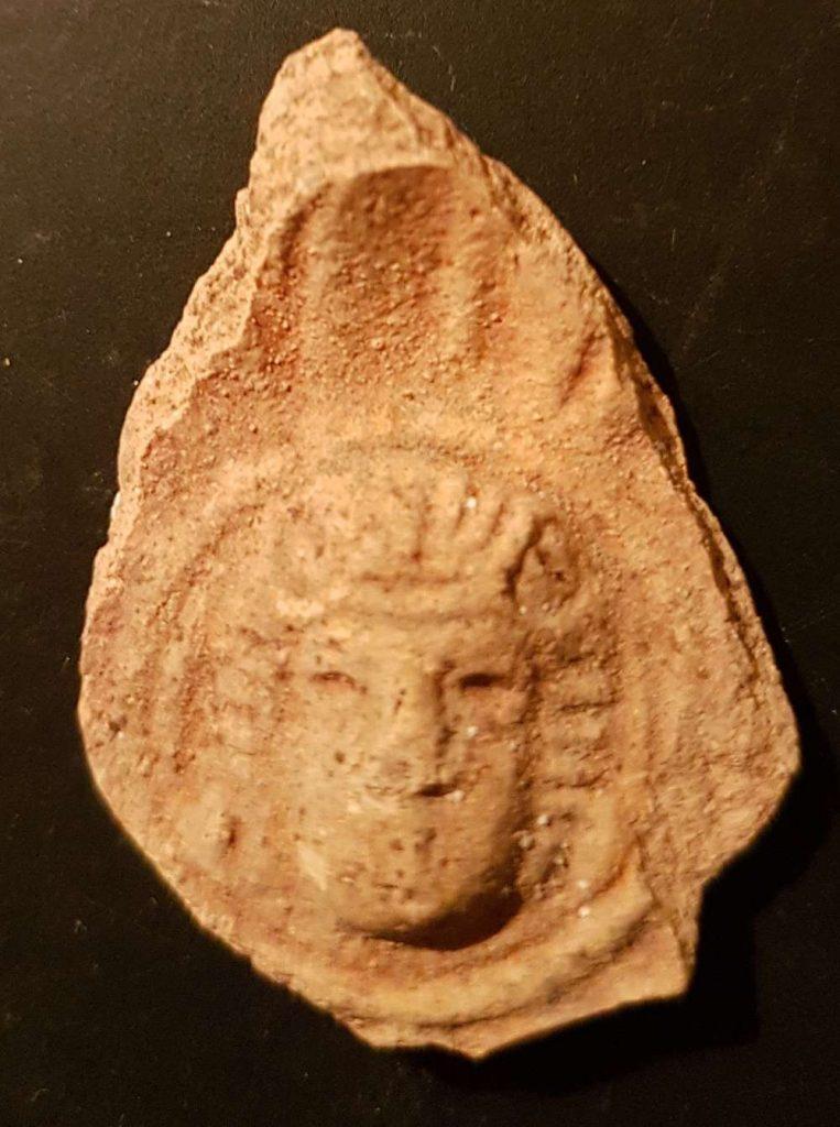 Imagen del dios 'El Al' en una lámpara de aceite de época romana descubierta en la antigua ciudad de Halutza en el Negev. (Tali Gini, Autoridad de Antigüedades de Israel)