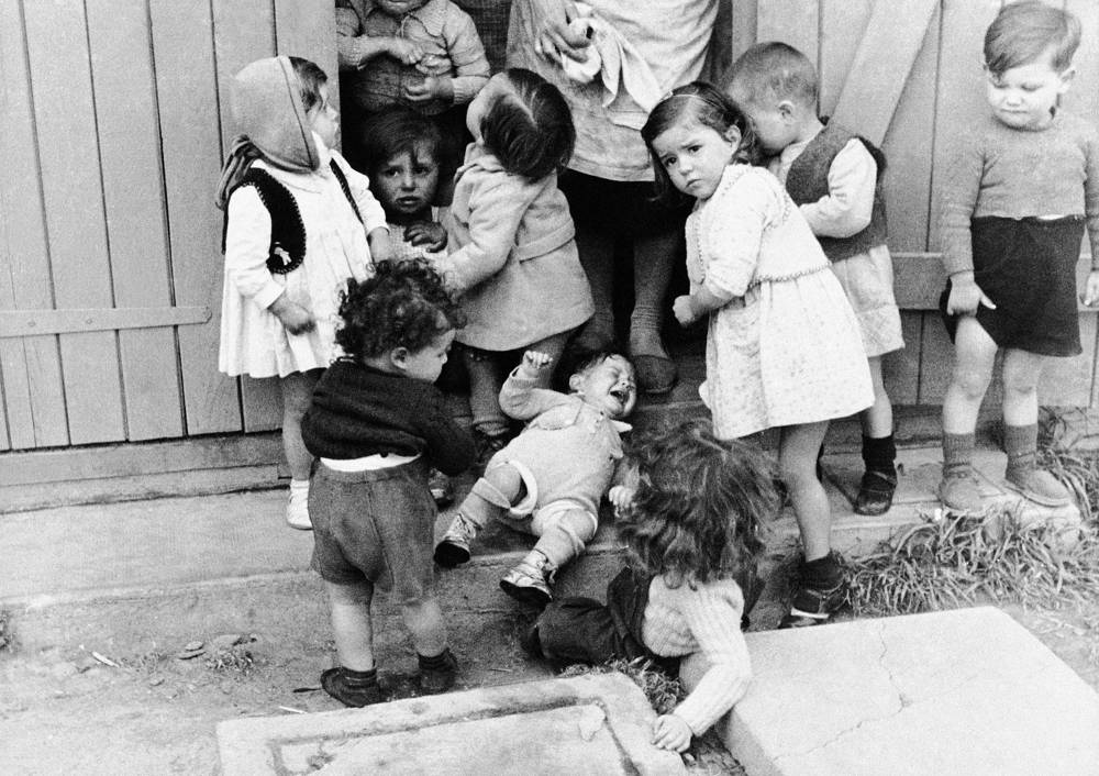 El 7 de mayo de 1941, el grupo de niños se encuentra en el campamento de Rivesaltes para internos en Francia. (Foto AP)