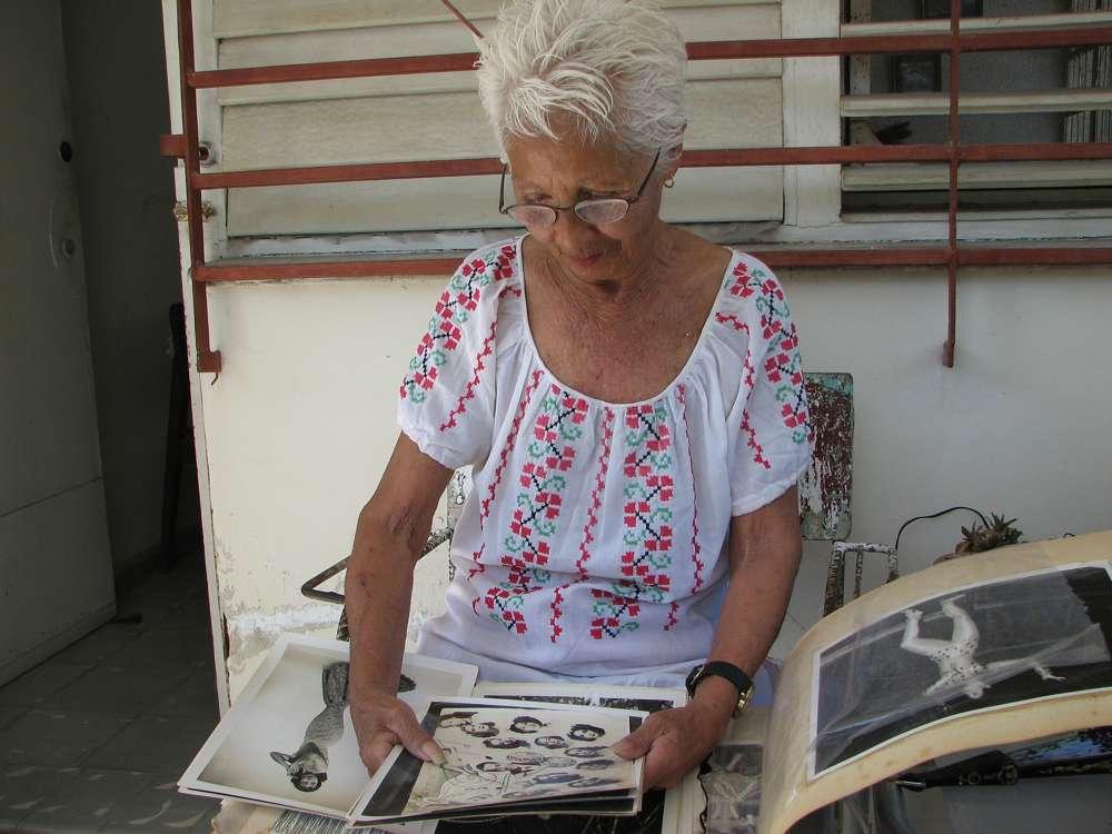 'La China' Villamil, ex bailarina de la legendaria discoteca Tropicana en La Habana, mira fotos antiguas en 'The Mamboniks'.(Cortesía de Lex Gillespie)