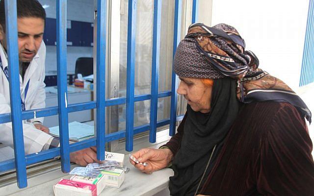 """Una """"refugiada palestina"""" que vive en Siria recibe medicamentos en una clínica de la UNRWA. (Cortesía de UNRWA / Taghrid Mohammad)"""