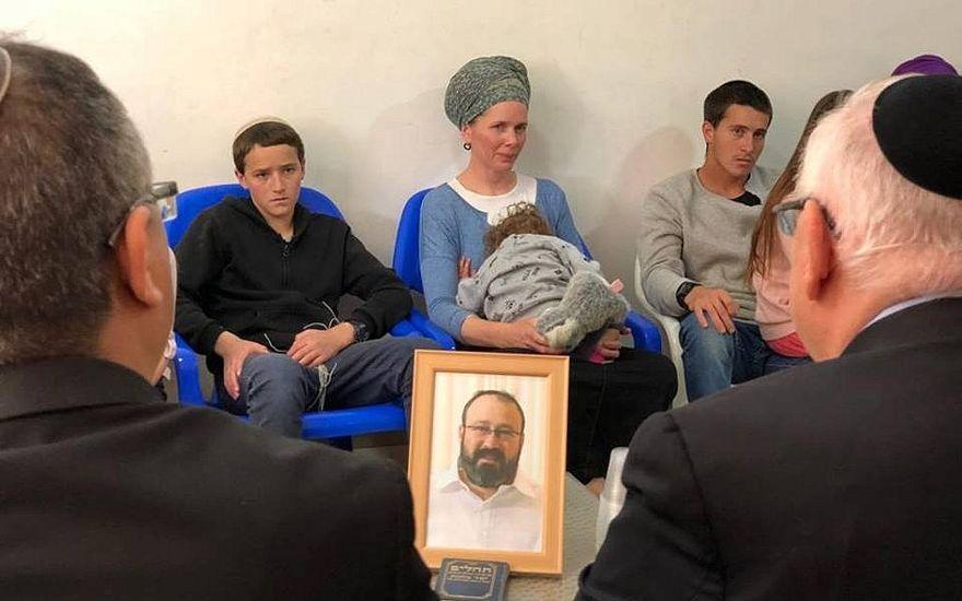 El presidente Reuven Rivlin (de derecha a cámara) visitó el 20 de marzo de 2019 a la familia del rabino Achiad Ettinger, uno de los dos israelíes muertos en un ataque terrorista palestino el 17 de marzo. (Portavoz del presidente)