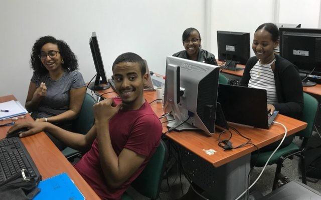 Los estudiantes de Tech-Career buscan acceso a la escena de inicio de Israel (Shoshanna Solomon / Times of Israel)