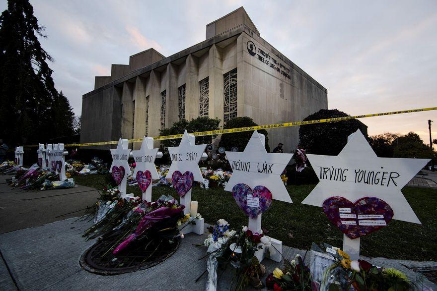Monumento afuera de la sinagoga del Árbol de la Vida después de un tiroteo mortal en Pittsburgh, el 29 de octubre de 2018, en el que murieron once judíos.